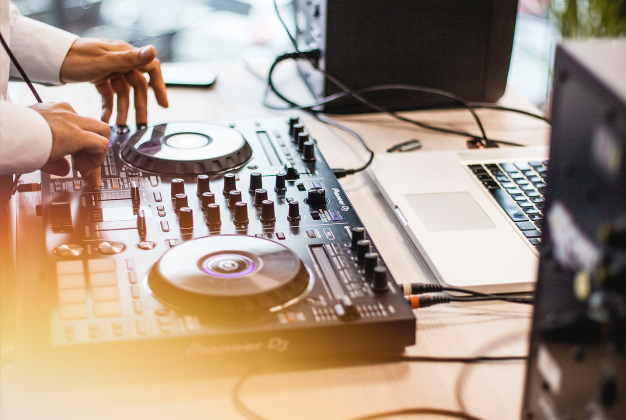 How to Choose the Right Wedding DJ